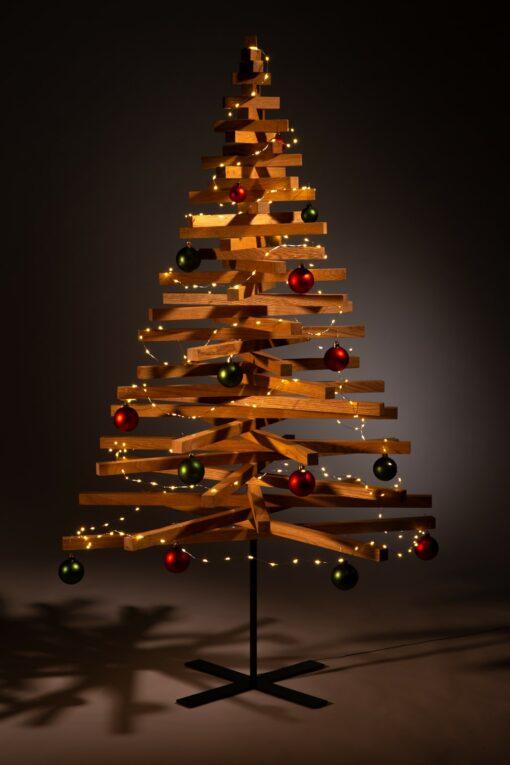 houten kerstbomen versieren kerstballen groen rood