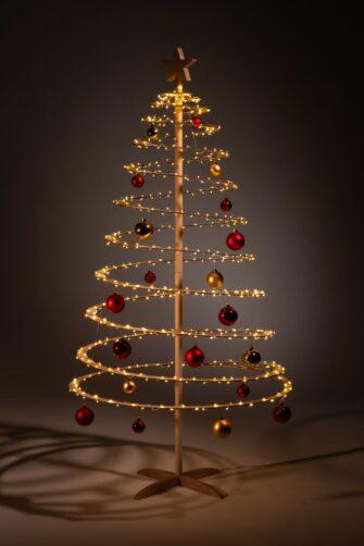 houten kerstbomen versieren kerstballen rood goud