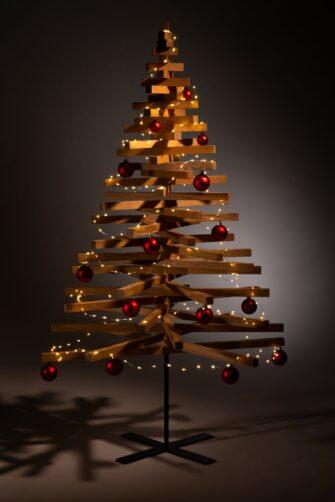 houten kerstboom decoratie kerstballen rood