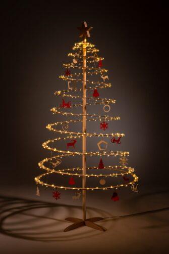 houten kerstboom decoreren