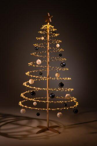 houten kerstboom decoreren kerstballen blauw wit
