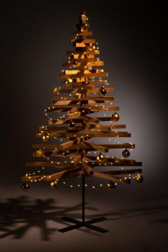 houten kerstboom decoreren kerstballen goud