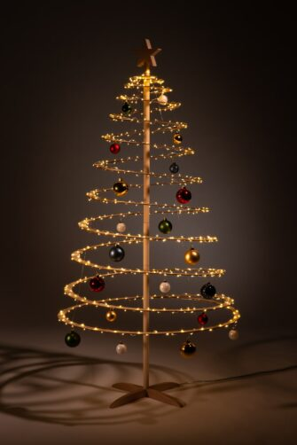 houten kerstboom decoreren kerstballen rood groen goud wit blauw