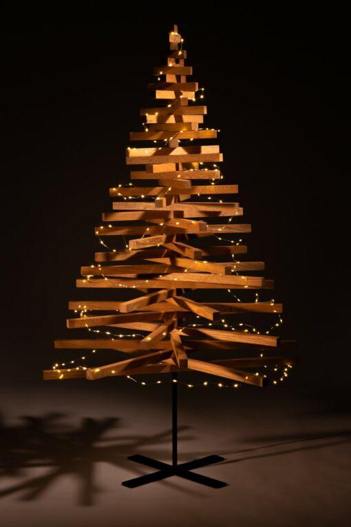 houten kerstboom met lampjes